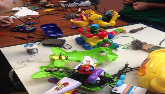 Alunos da UMinho adaptam brinquedos para crianças com necessidades especiais