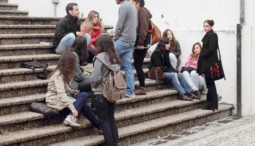 Estudantes recebem bolsas de estudo em atraso