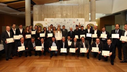 """Patrocinadores das 60 bolsas de estudo recebem certificados de """"empresa solidária 2015"""""""