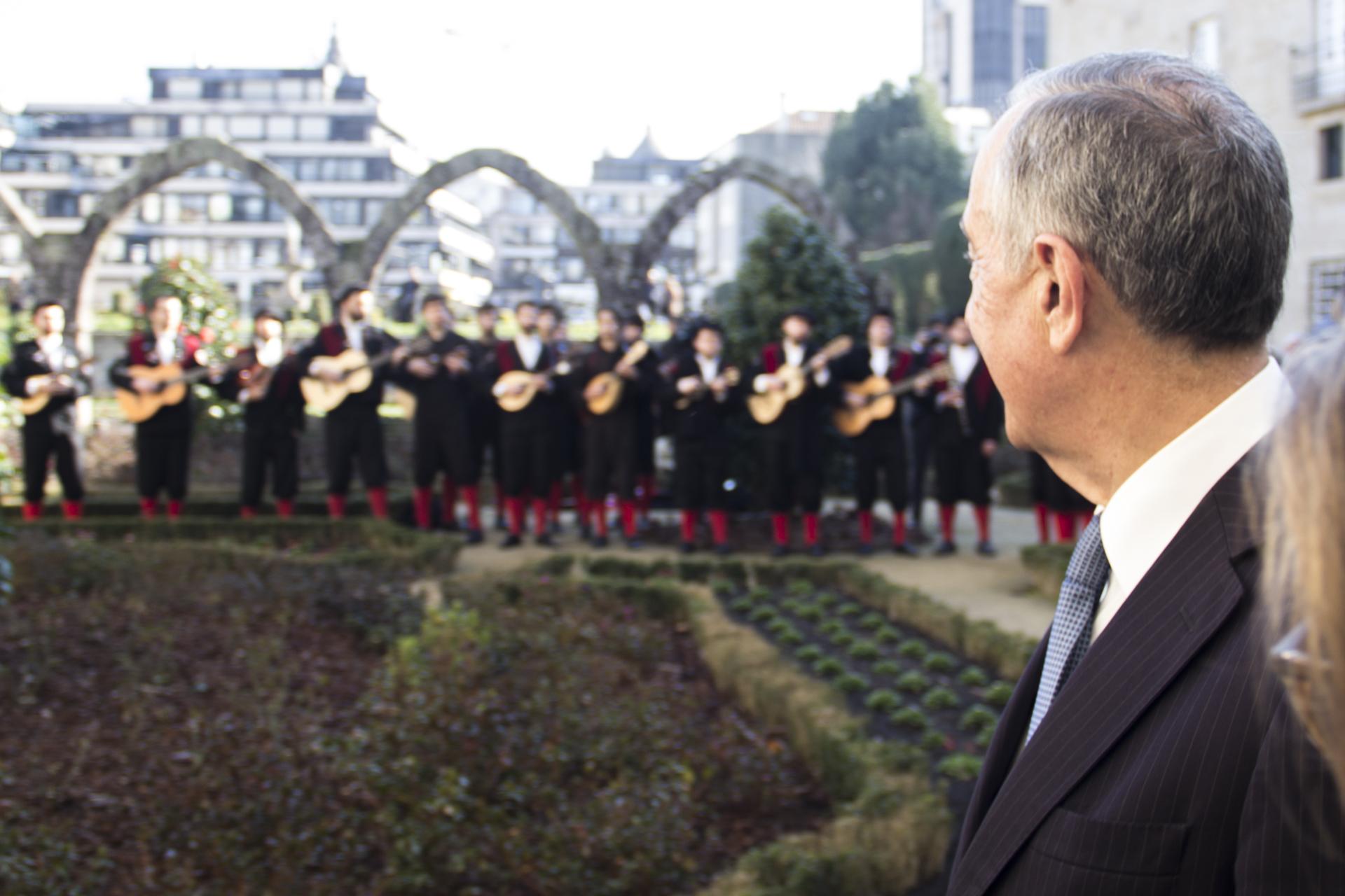 O Presidente da República seguiu atrás do cortejo. À entrada do jardim interior da reitoria é recebido pela Tuna Universitária do Minho que compõe o ambiente sonoro. Riso aqui, riso ali e siga para a cerimónia.