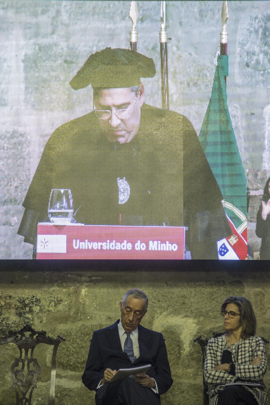 O salão da reitoria encheu para celebrar os 43 anos da UM. Marcelo ouviu o reitor falar dos prémios e das honras. Bateu palmas, sorriu, assentiu e, na sua vez, invocou o hino da academia.