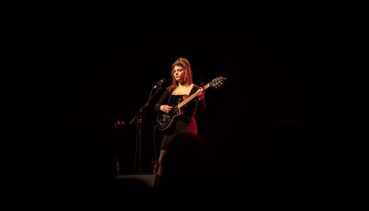 Basta uma guitarra e um copo de vinho para Angel Olsen encher uma sala