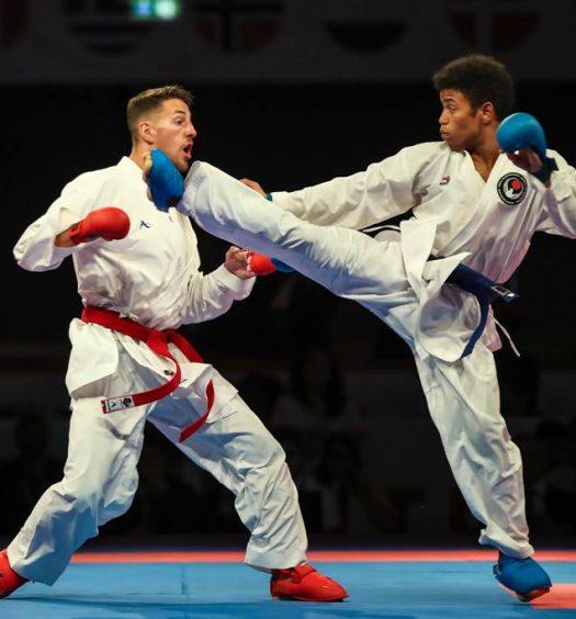 Atletas em combate de karaté