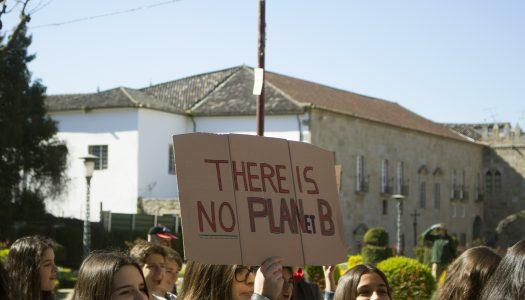 Estudantes minhotos saem à rua pelo clima