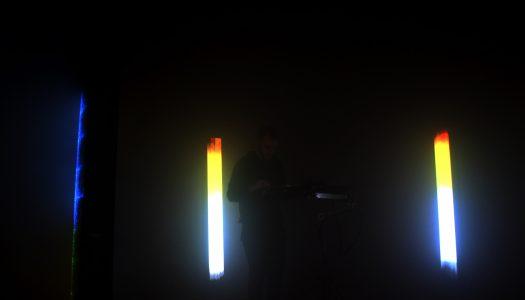 Lucas Paris constrói nuvem de luz e som