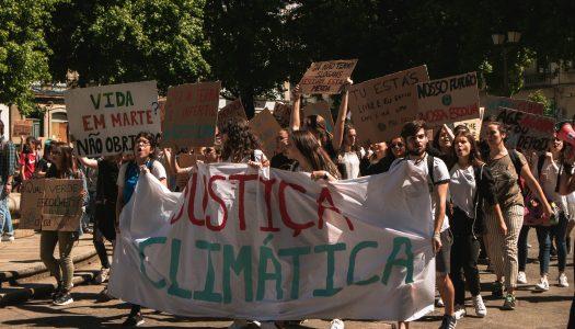 Mais de duas centenas de estudantes saíram à rua pelo clima