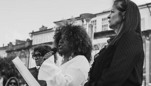 """""""Mulheres de Braga"""". Lençóis brancos expressam gesto simbólico na noite da passagem de ano"""