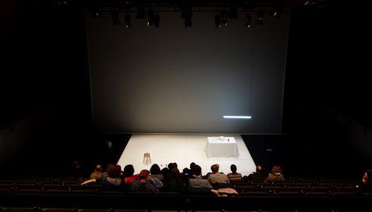 """The Lonely Tasks"": o silêncio invadiu o palco do Theatro Circo"